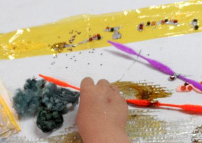 mano de niño trabajando